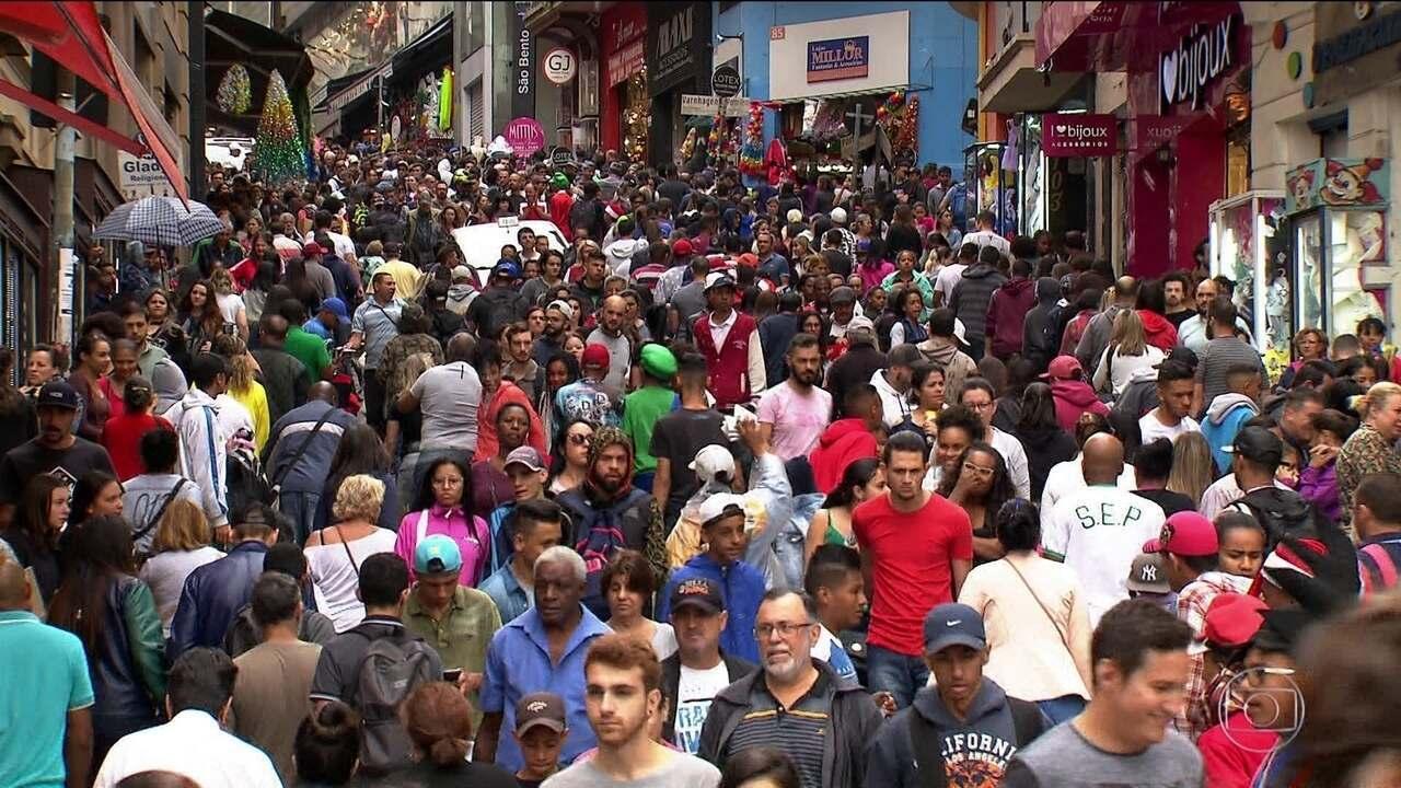 Lojistas de SP se animam com multidão na região da 25 de Março