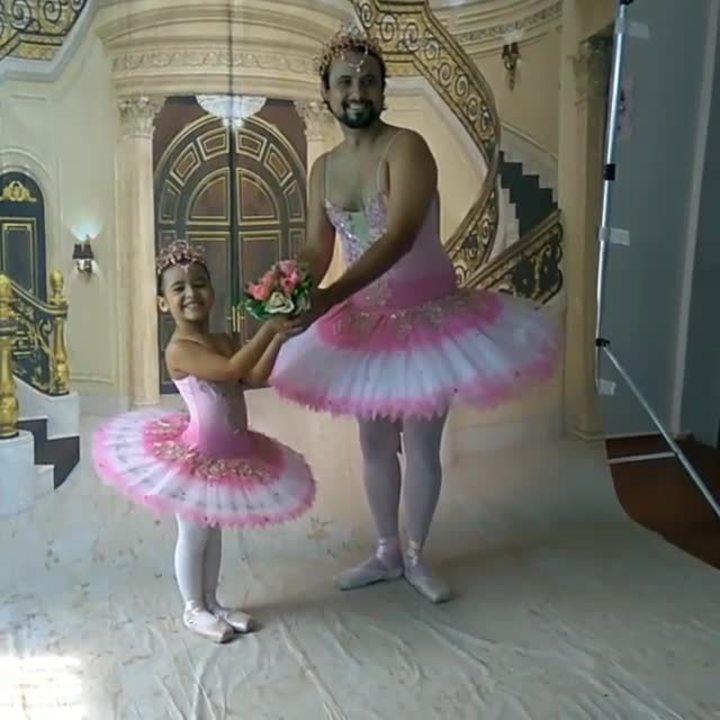 Pai se veste de bailarina para acompanhar a filha