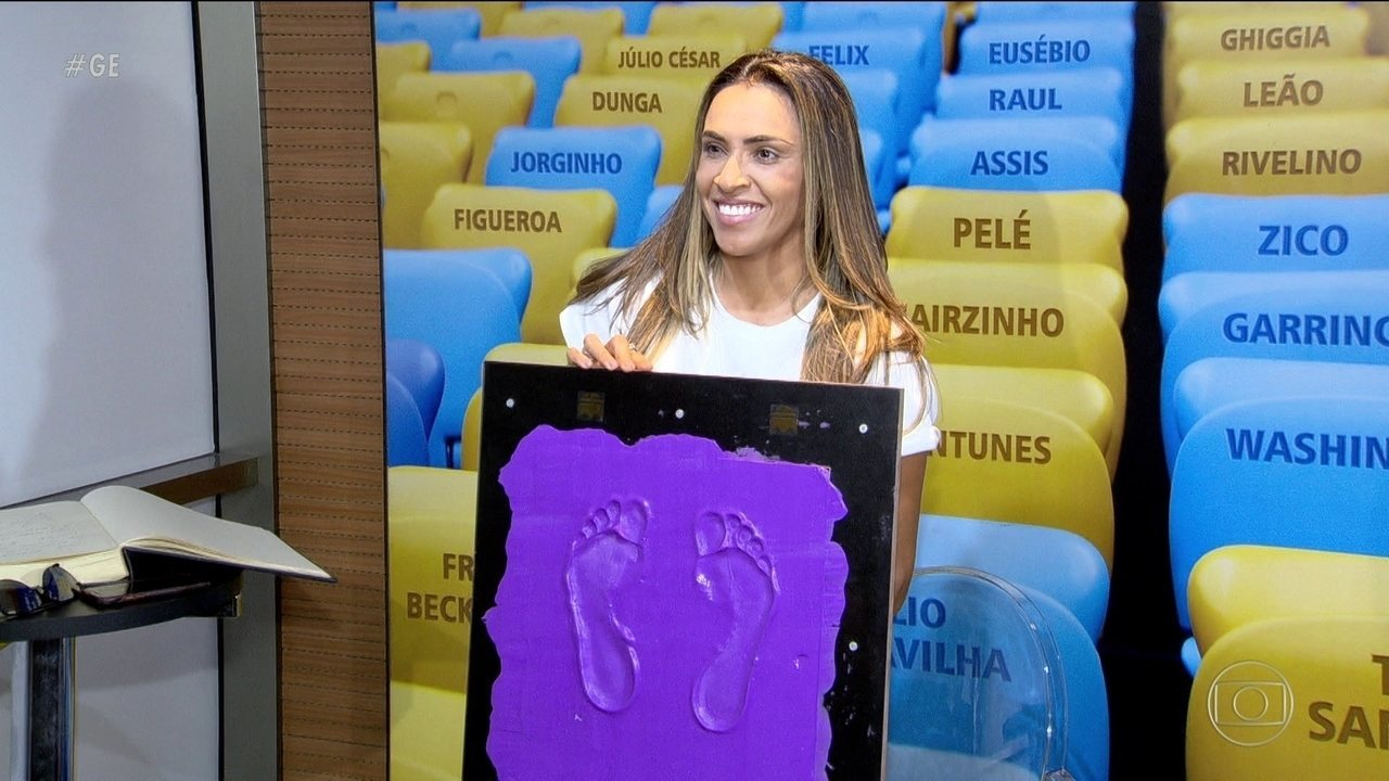Marta coloca os pés na calçada da fama do Maracanã pela segunda vez