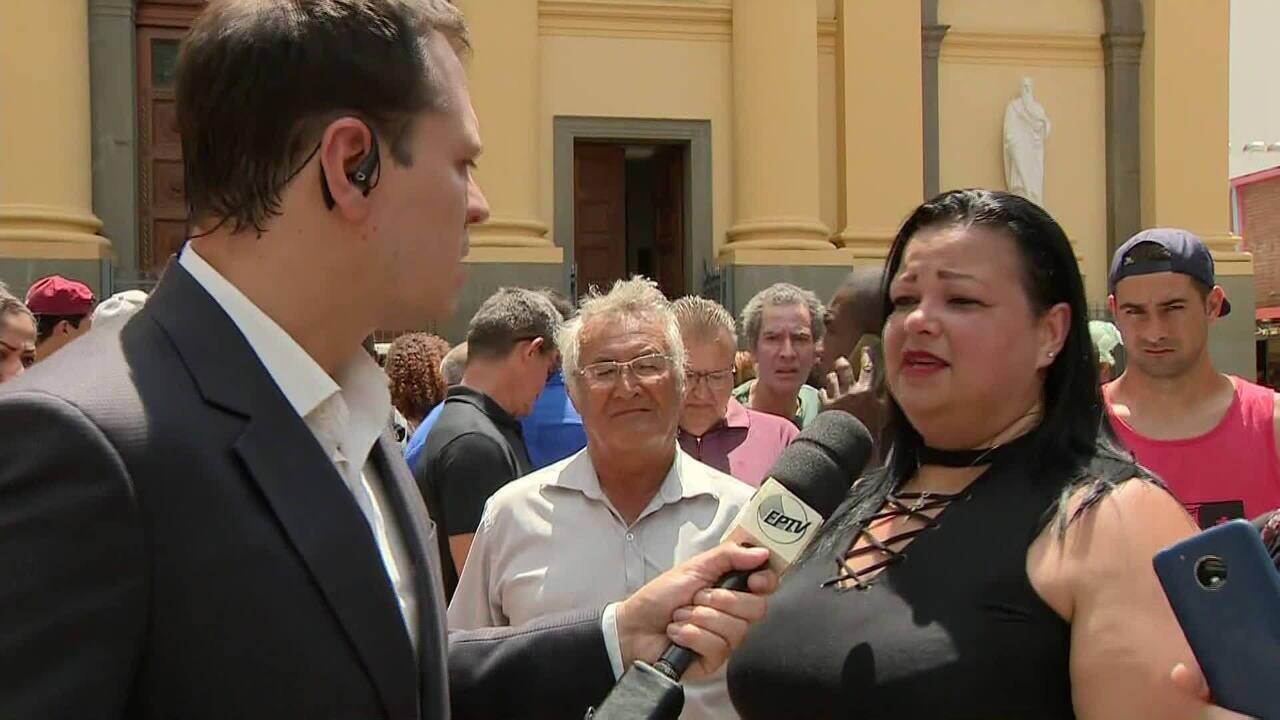 Mulher procura a mãe após tiroteio em Catedral de Campinas