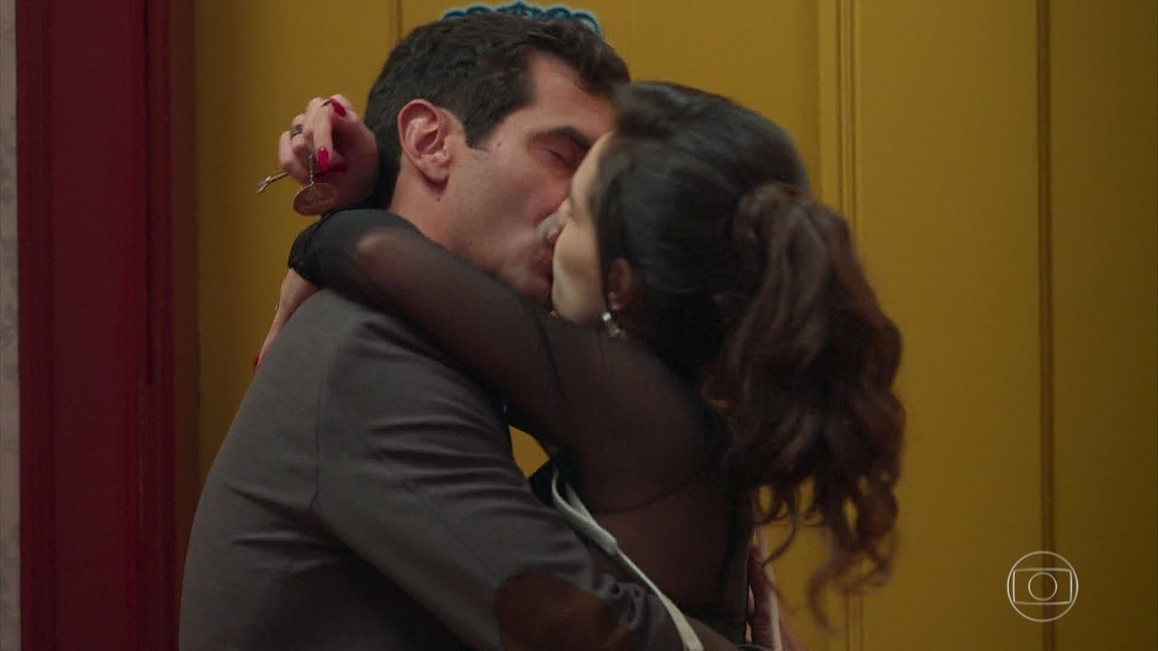 Marcelo beija Mariane
