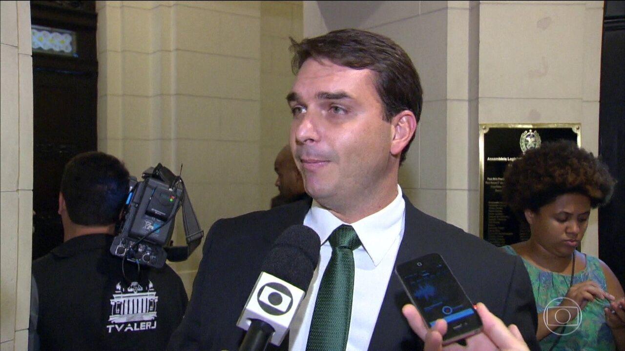 Flávio Bolsonaro diz que não há ilegalidade no caso da ex-assessora