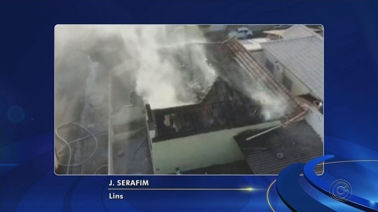 Telhado de casa desaba durante incêndio em Lins