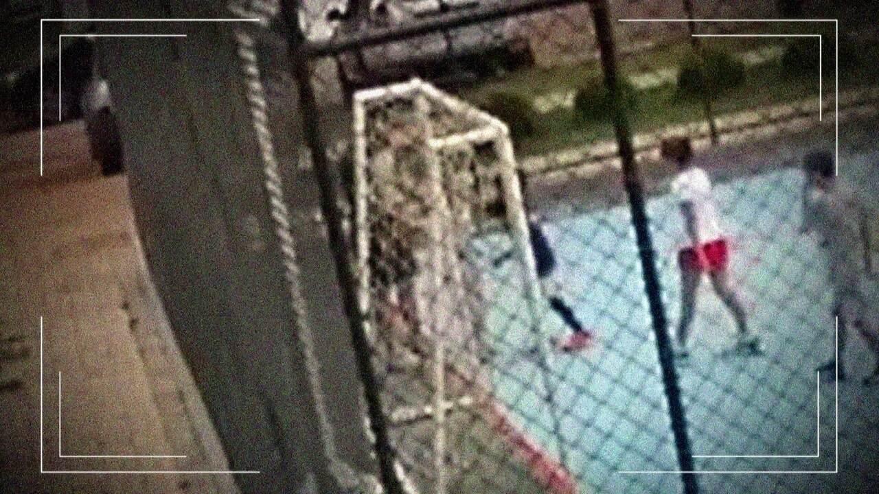 5ee7b11ff6e Moradores querem impedir casal que segurou menino para filho agredir de  entrar em prédio