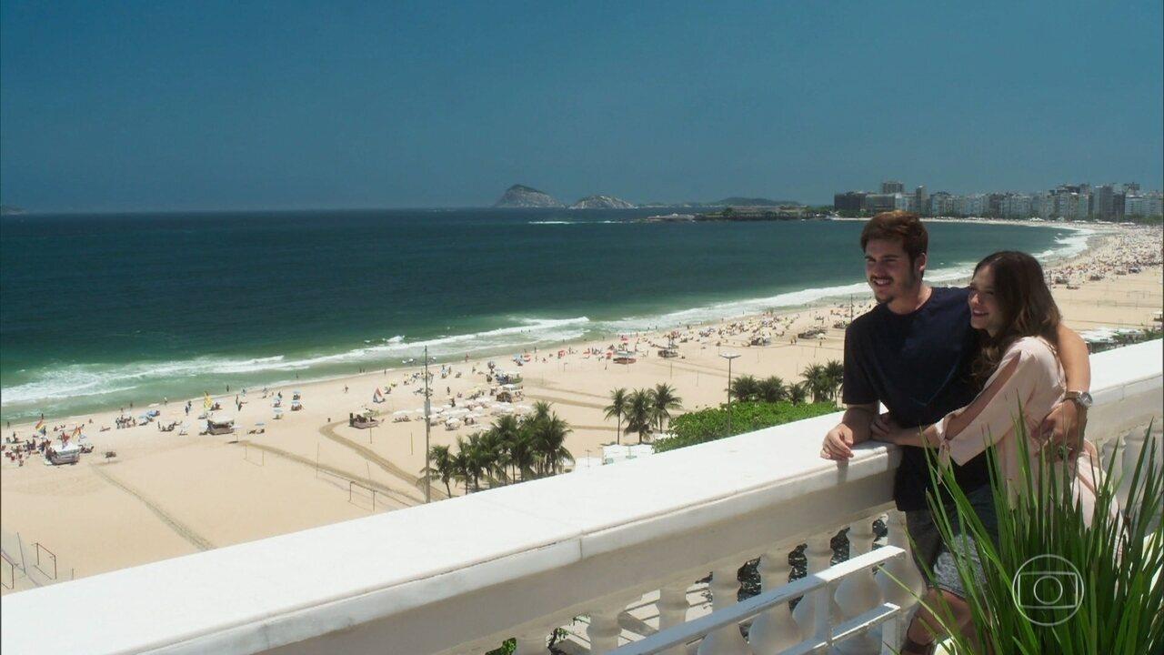 Samuca e Marocas admiram a praia durante a lua de mel
