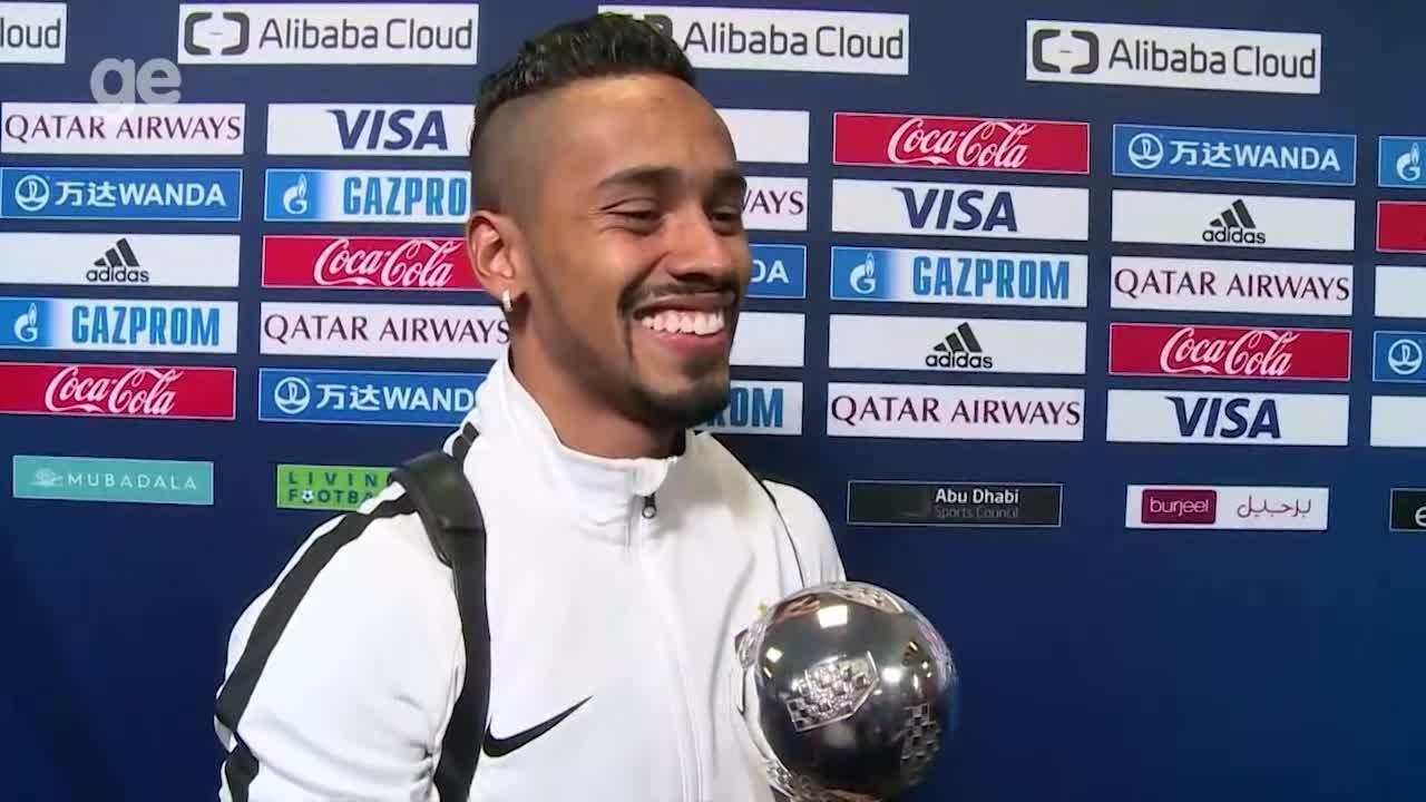 Caio Lucas mostra o troféu da Bola de Prata do Mundial de Clubes