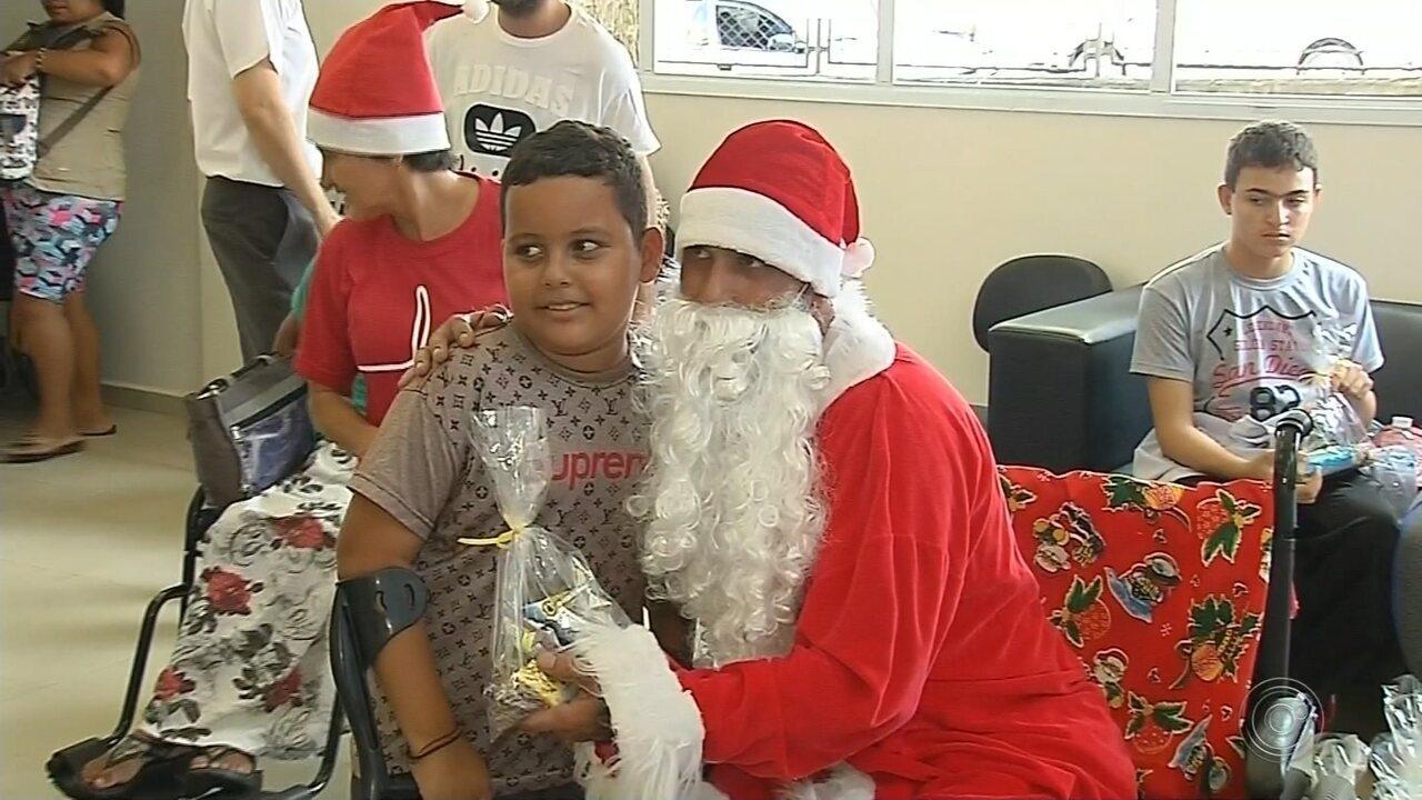 Papai Noel amputado emociona centro de reabilitação em Marília