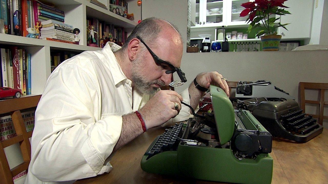 Empresário aposta no mercado de conserto e venda de máquinas de escrever