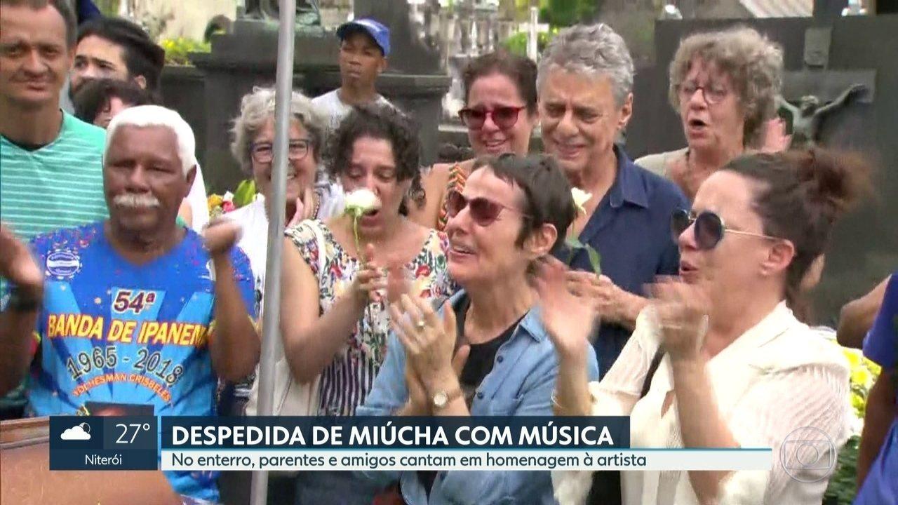 Parentes e amigos cantam em homenagem a Miúcha no enterro da cantora
