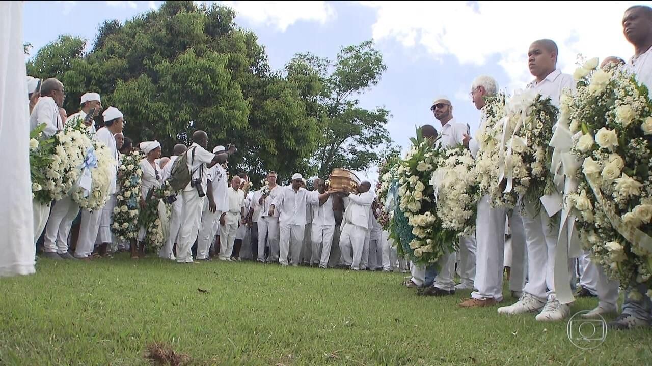 Corpo de Mãe Stella de Oxóssi é enterrado em Salvador
