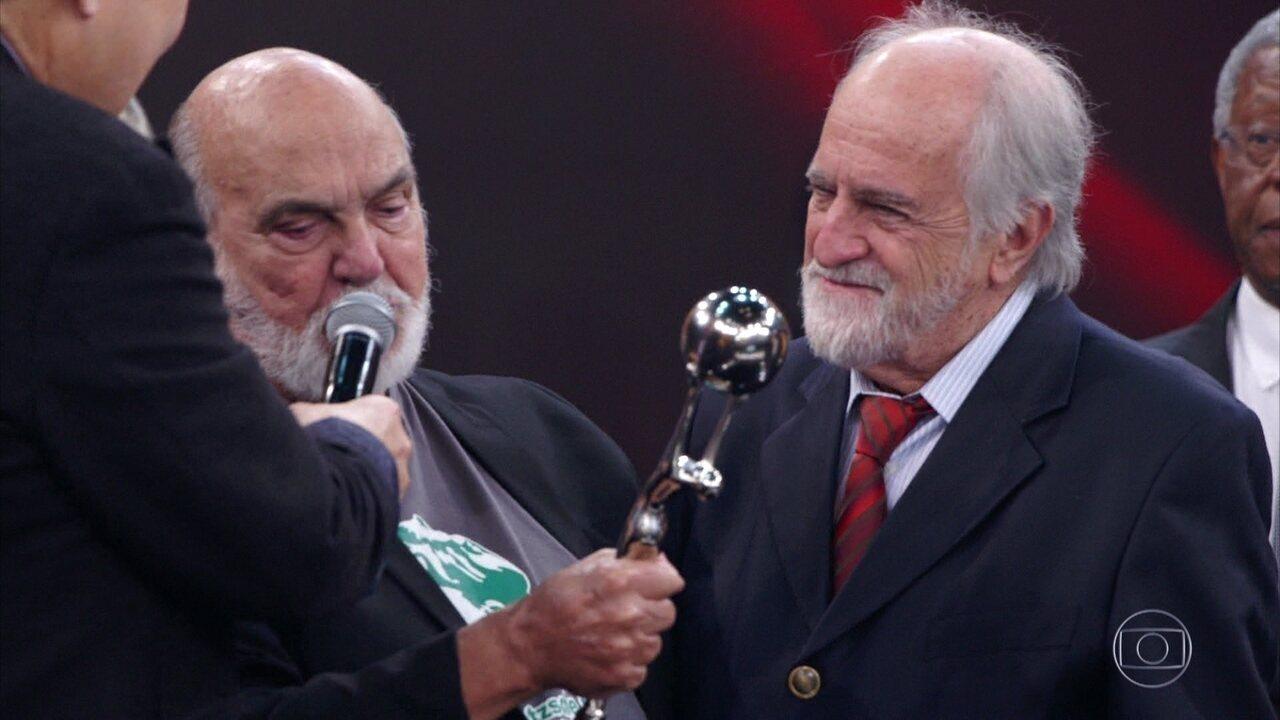 Ary Fontoura recebe das mãos de Lima Duarte o ´Troféu Mário Lago´