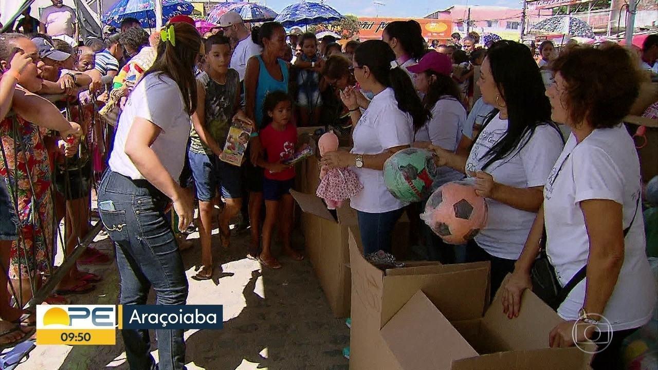 Crianças de Araçoiaba recebem presentes doados na árvore de Natal da Globo