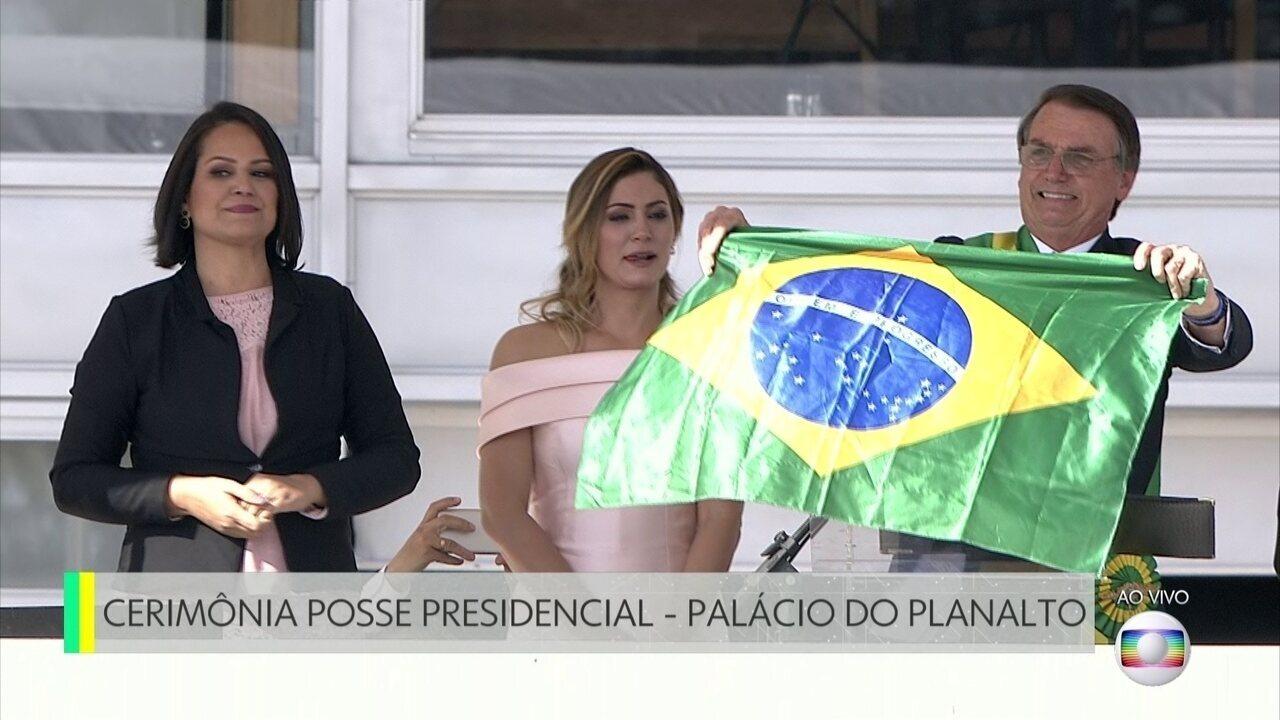 Bolsonaro discursa no Palácio do Planalto com a faixa presidencial