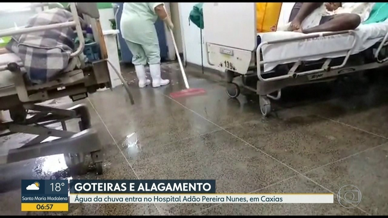 Hospital Adão Pereira Nunes fica alagado após forte chuva