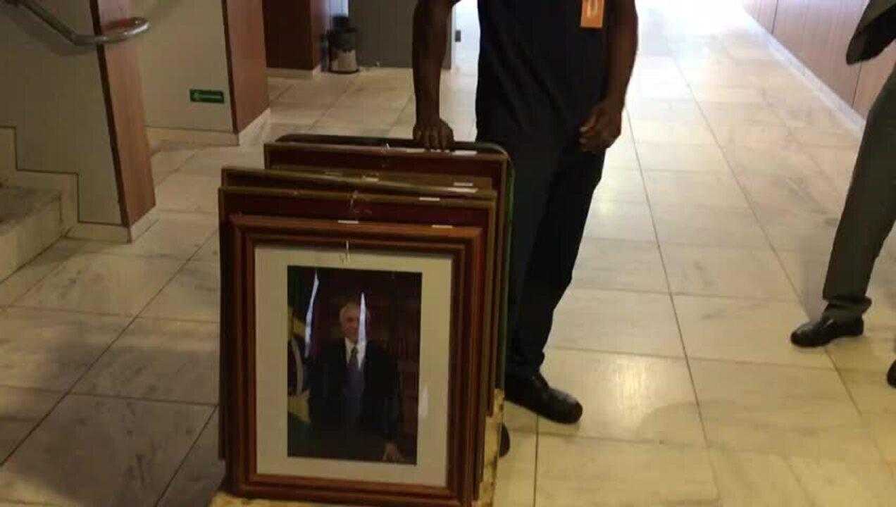 Funcionários do Planalto retiram retratos de Temer dos gabinetes do palácio