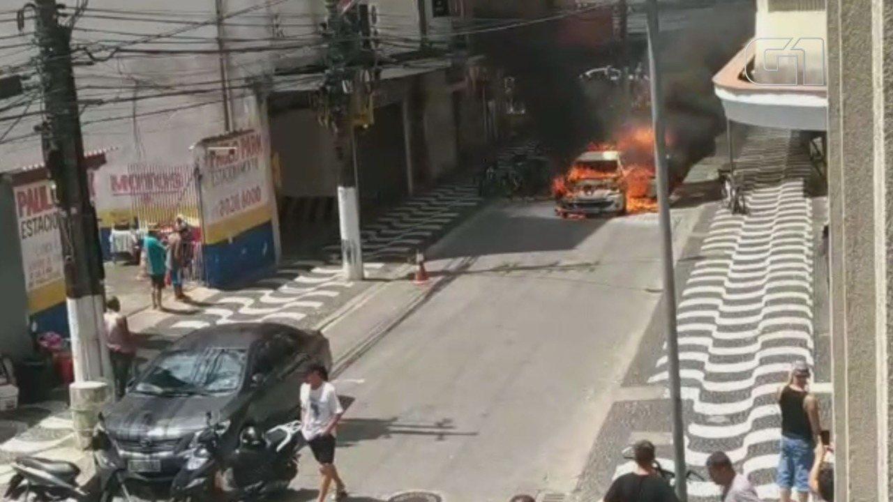 Carro é destruído por incêndio na rua Marcílio Dias, em Santos, SP