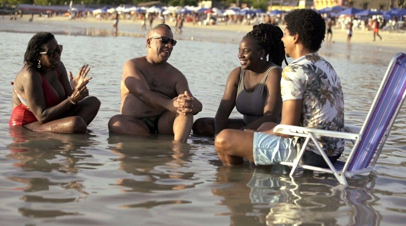 Aldri Anunciação visita praias de Salvador e fala sobre interação social