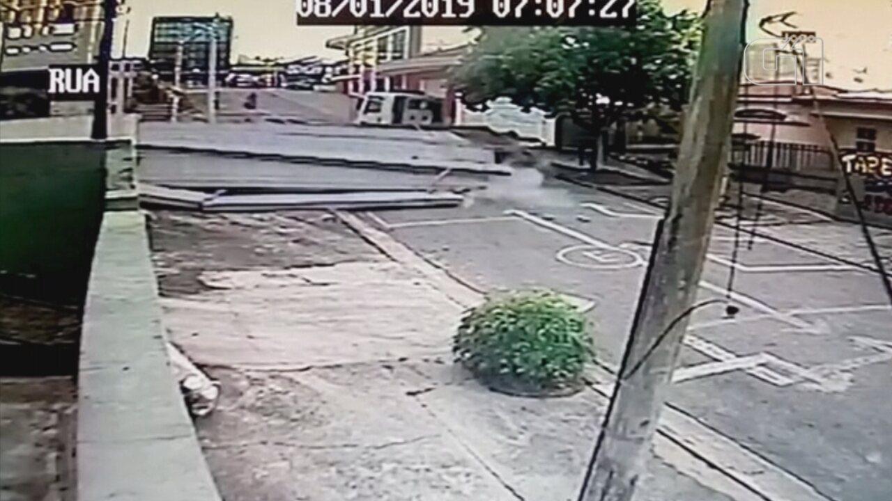 Carreta desgovernada destrói portão de casa e interdita rua em Sorocaba