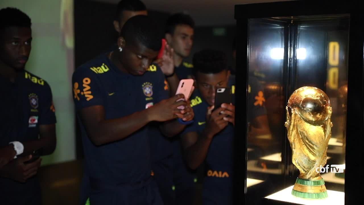 Seleção brasileira sub-20 visita o museu da CBF