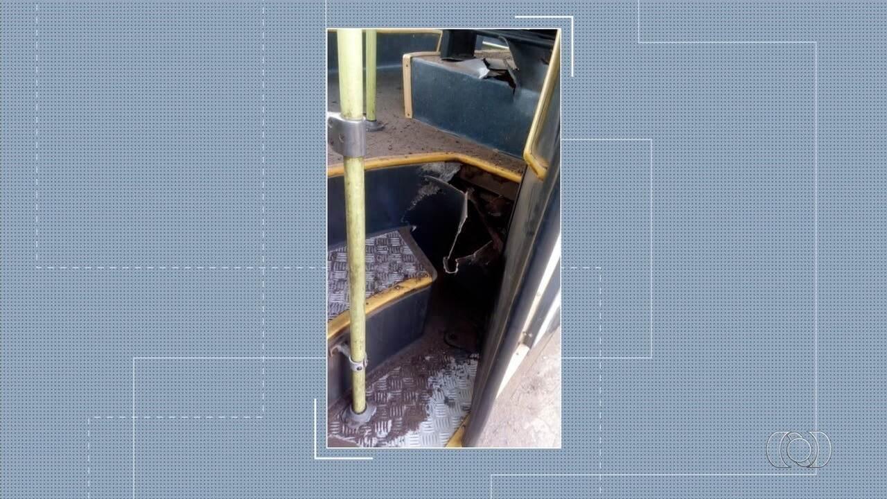 Mulher fica ferida após pneu de ônibus estourar, em Goiânia