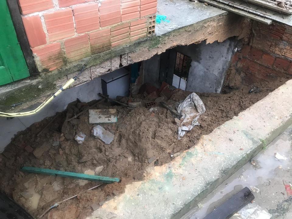 Adolescente morre enquanto dormia após barranco desabar e derrubar parede de quarto