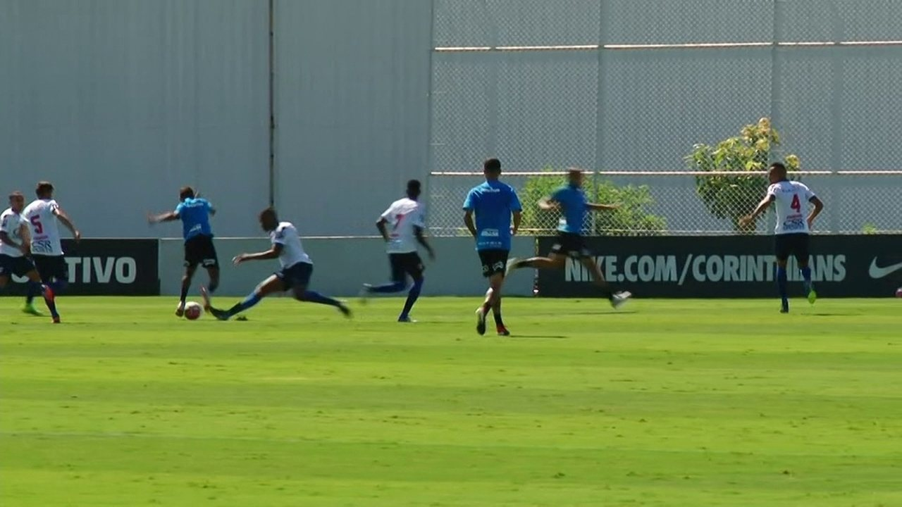 Pedrinho, do Corinthians, faz boa jogada e quase abre placar contra o Nacional