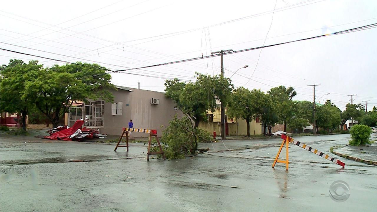 Chuva forte deixa casas destelhadas e sem energia em Uruguaiana