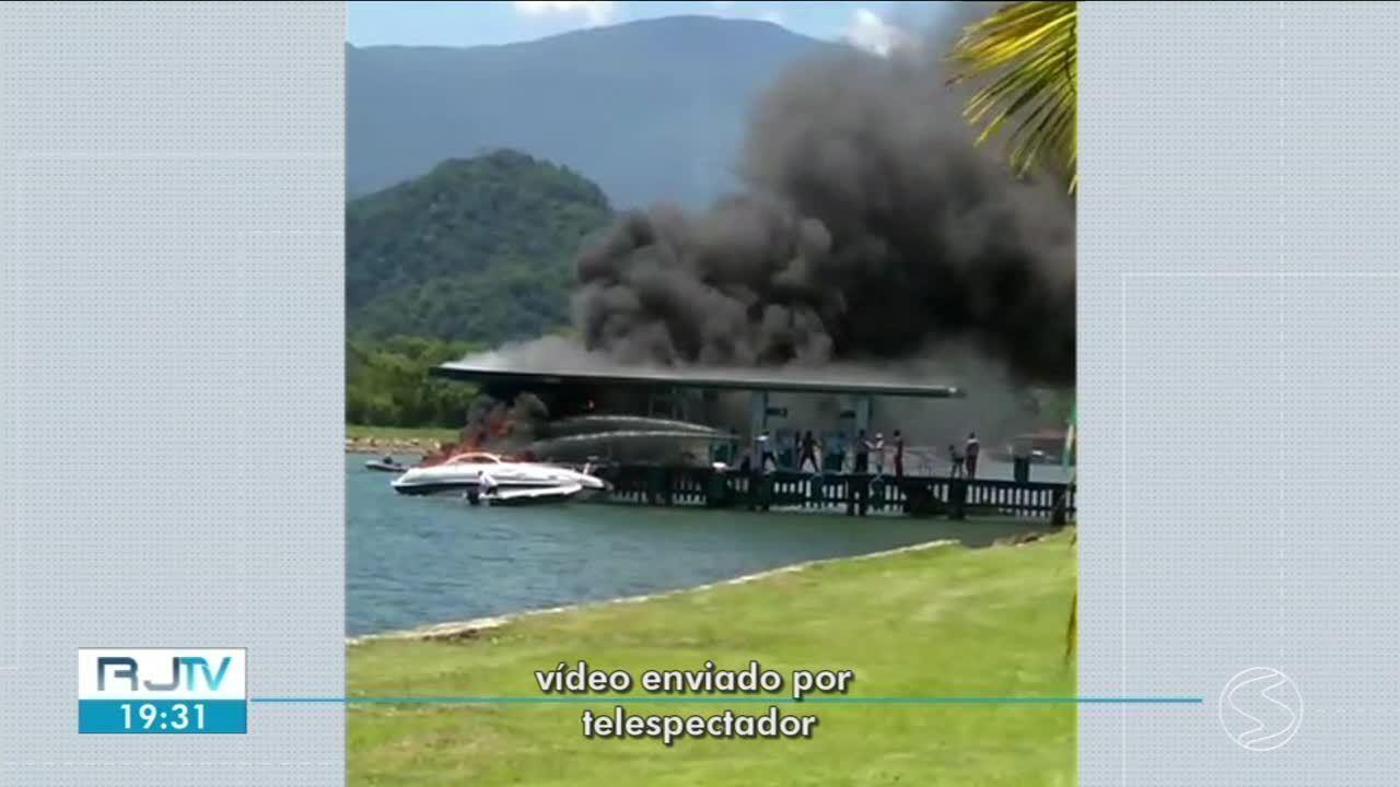 Lancha pega fogo enquanto esperava para abastecer em Angra