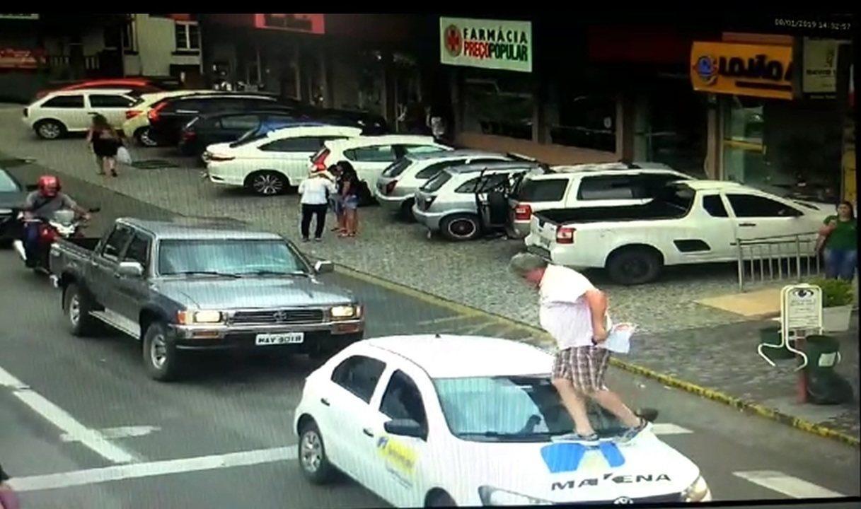 Vereador passa por cima de capo de carro parado em faixa de pedestre, em São Bento do Sul