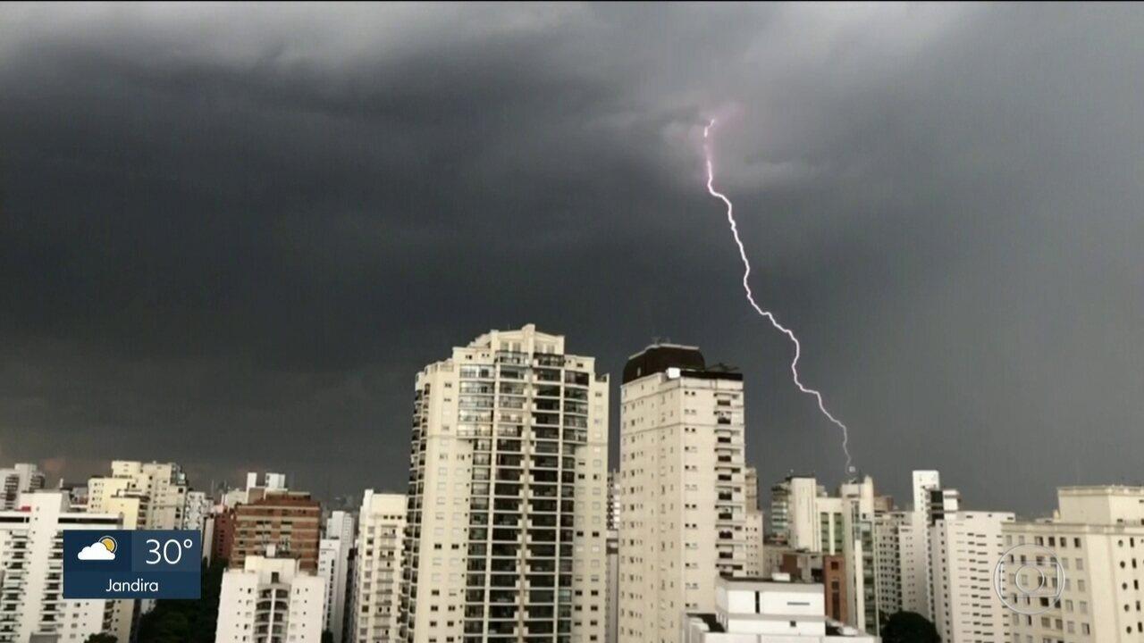 Mais de 5 mil raios atingem o solo durante forte temporal na Grande São Paulo
