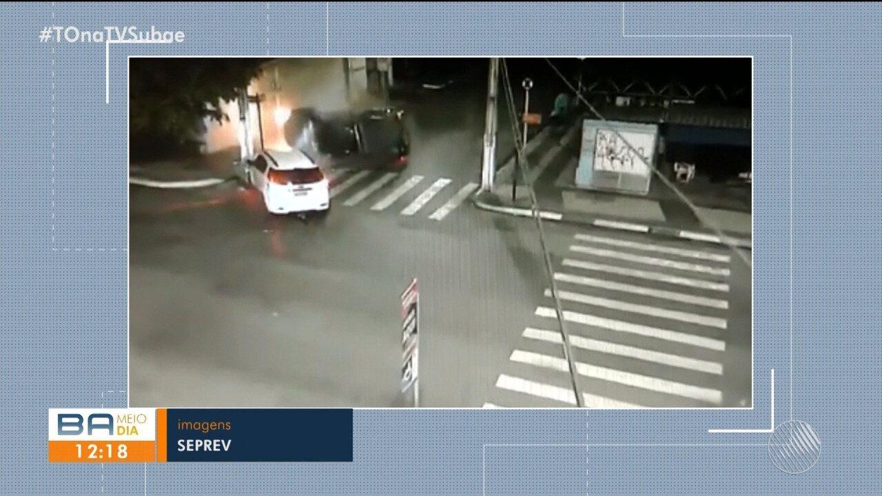 Carros colidem em cruzamento de pistas em Feira de Santana