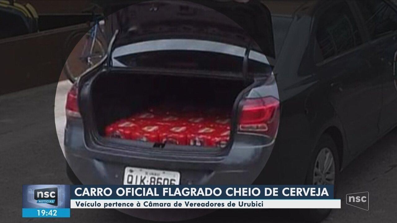 Carro oficial da Câmara de Urubici é visto com caixas de cerveja no porta-malas