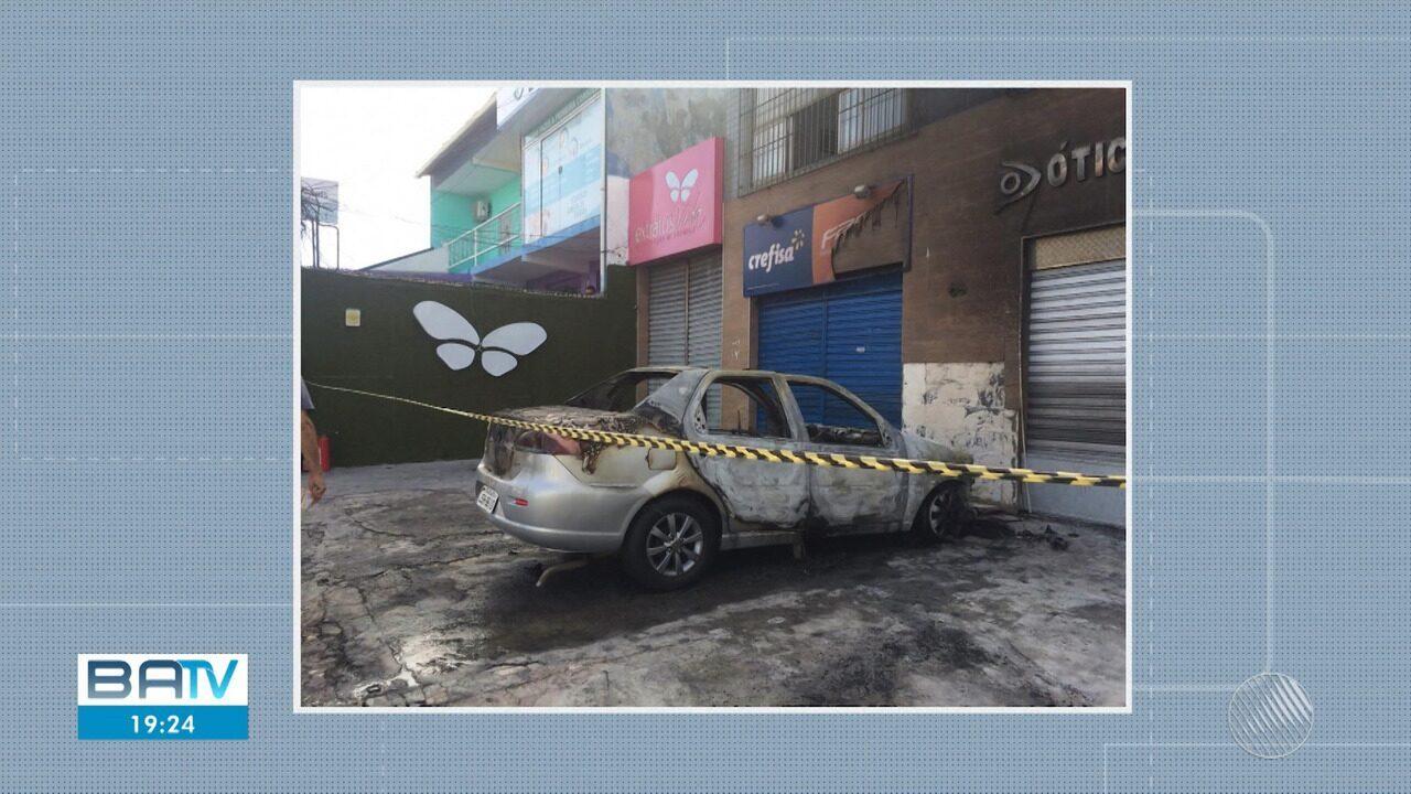 Carro pega fogo em Itapuã nesta sexta-feira (11)