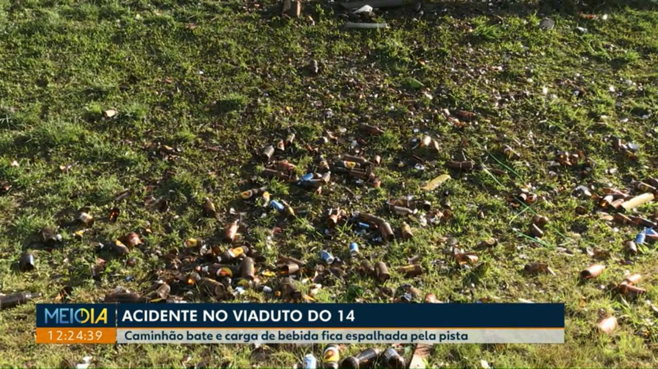 Caminhão bate em mureta e carga de bebida fica espalhada na pista em Cascavel