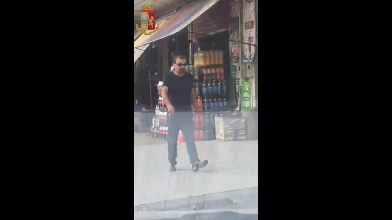 Battisti caminha em Santa Cruz de La Sierra, na Bolívia, minutos antes de ser preso