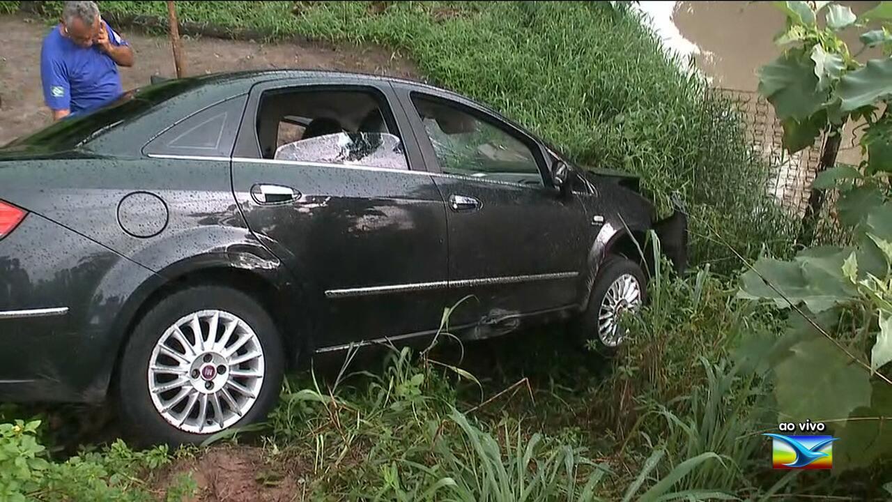 Motorista perde o controle e veículo cai em barranco em São Luís