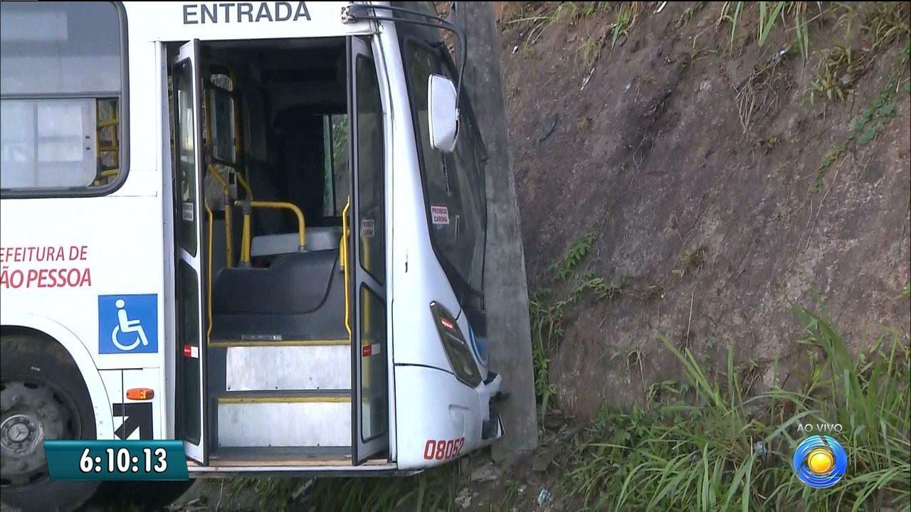 Ônibus e caminhão se envolvem em acidente na BR-230, em Santa Rita, PB
