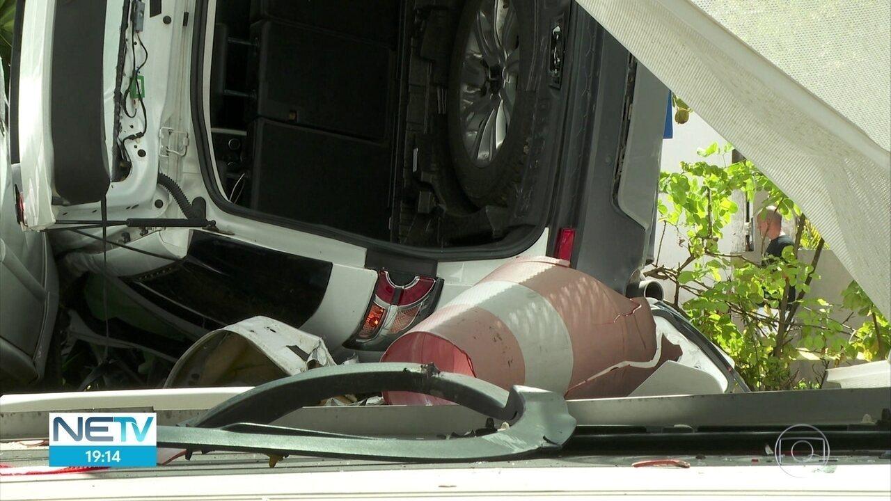 Carro cai do terceiro andar de prédio-garagem após lavador de carros errar manobra