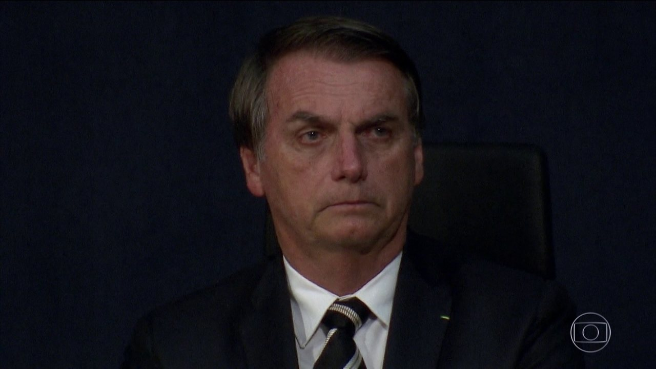 Presidente Jair Bolsonaro assina o decreto que flexibiliza a posse de armas