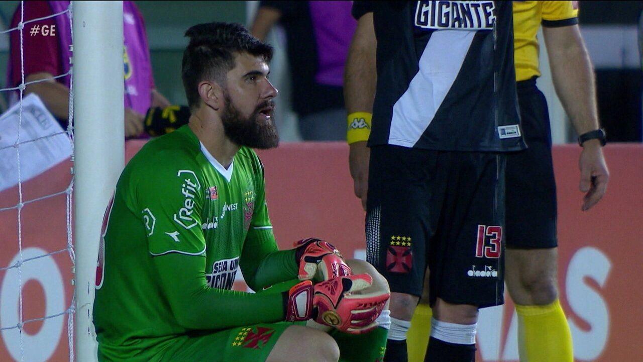 Sob os olhares de Carlos Germano e Acácio, Fernando Miguel começa o ano como titular absoluto odo Vasco