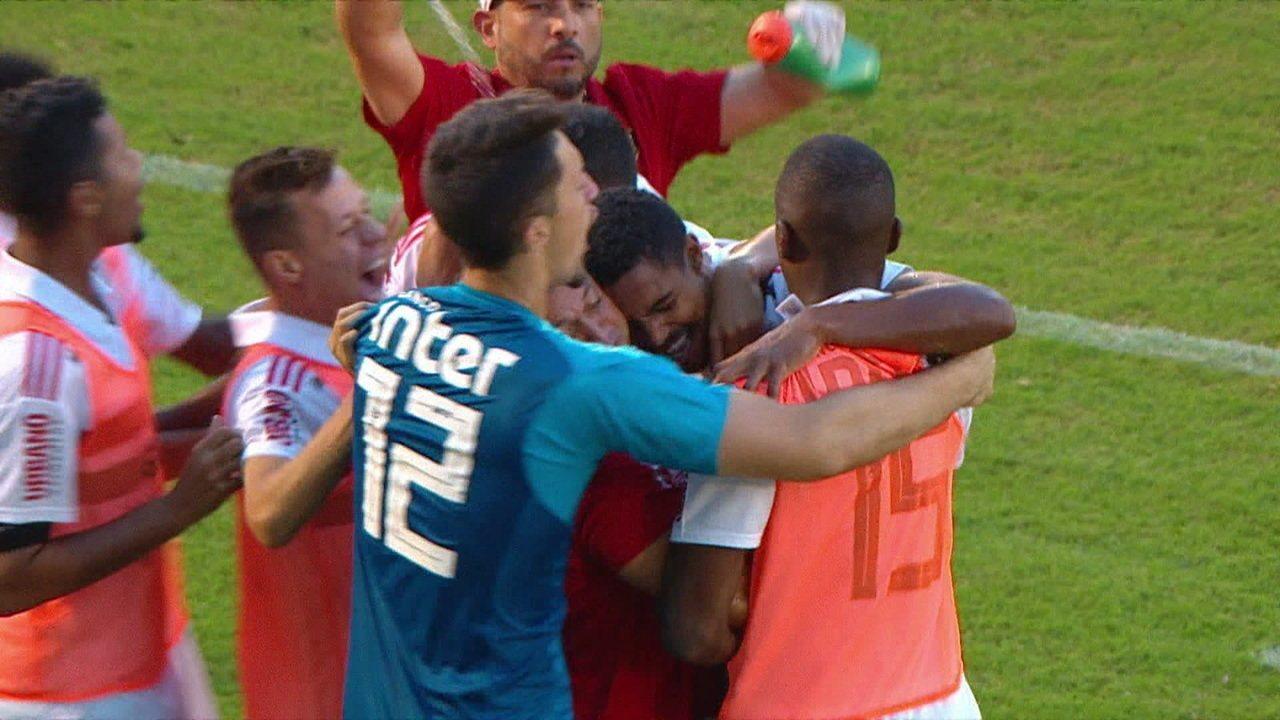 Gol do São Paulo! Gabriel Novaes recebe cruzamento de Paulinho, cabeceia e abre o placar, aos 23' do 1°T