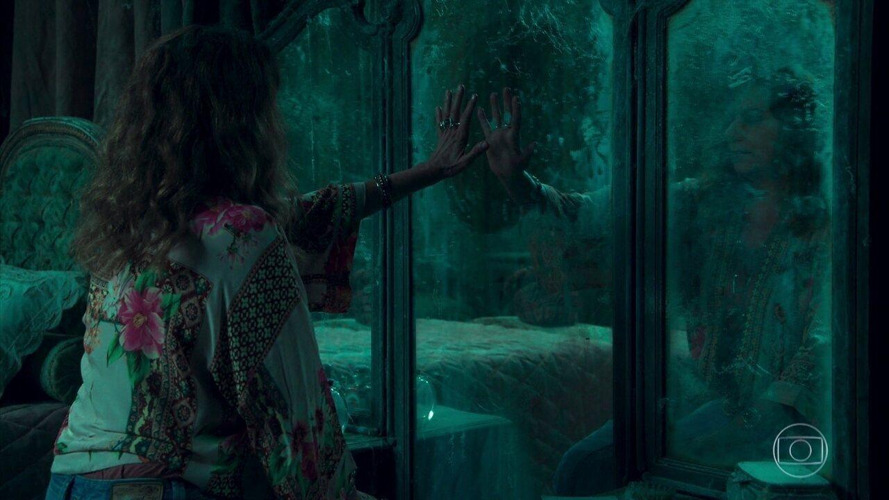 Edméia/Grace conclui que o espelho de Julia é um portal para outra dimensão