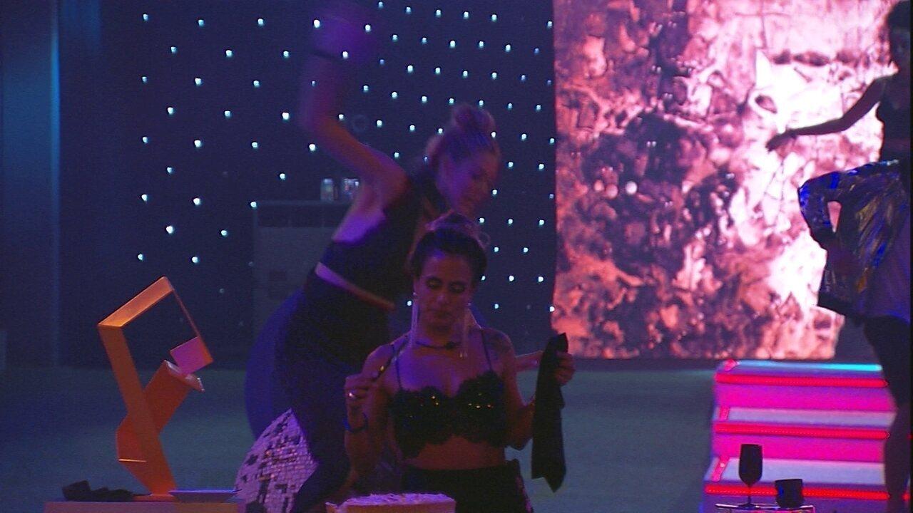 Isabella cai no chão na Festa Arte BBB