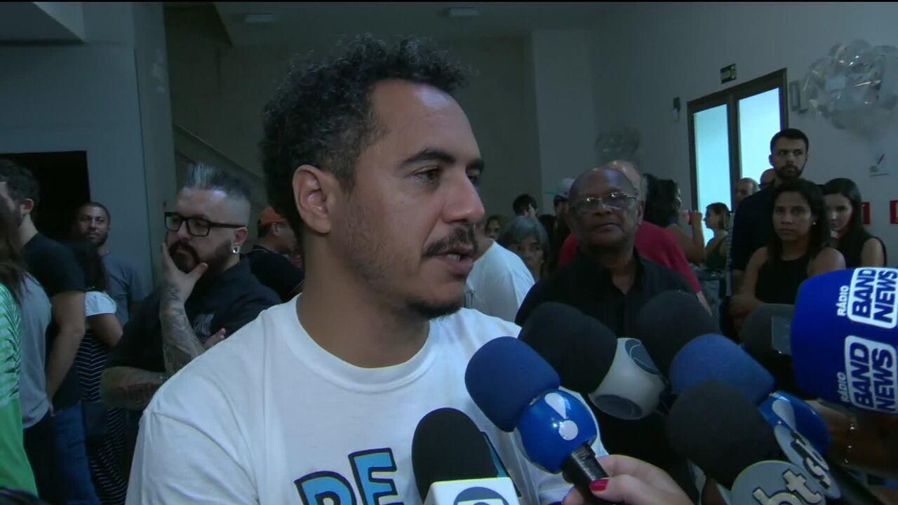 Corpo de Marcelo Yuka é velado no Rio de Janeiro com presença de amigos, familiares e fãs
