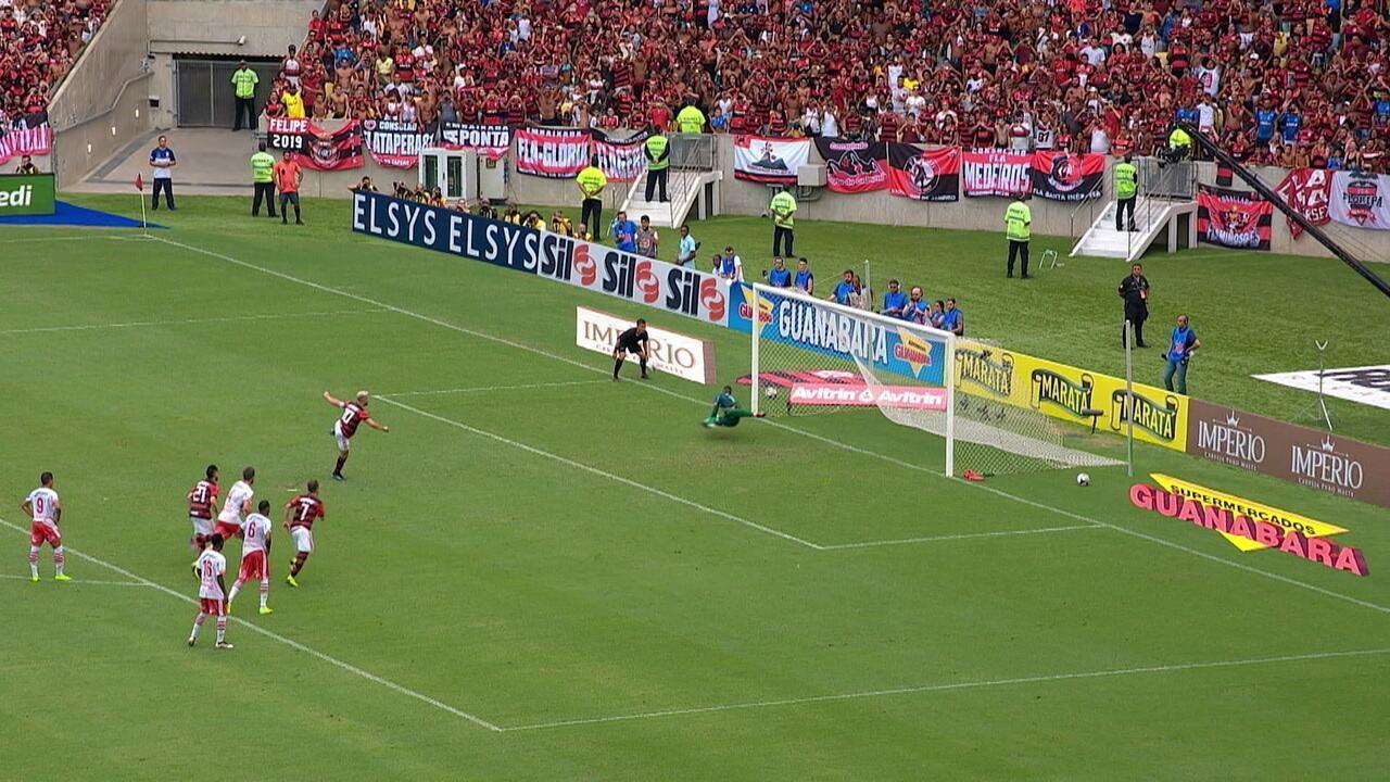 Everton Ribeiro rouba a bola de Dieyson e é derrubado pelo lateral. Diego bate o pênalti, mas Jefferson defende, aos 18' do 2ºT