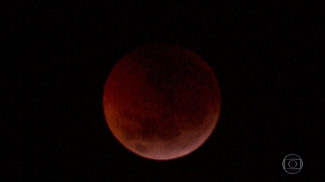Eclipse total da lua pode ser visto em várias partes do mundo