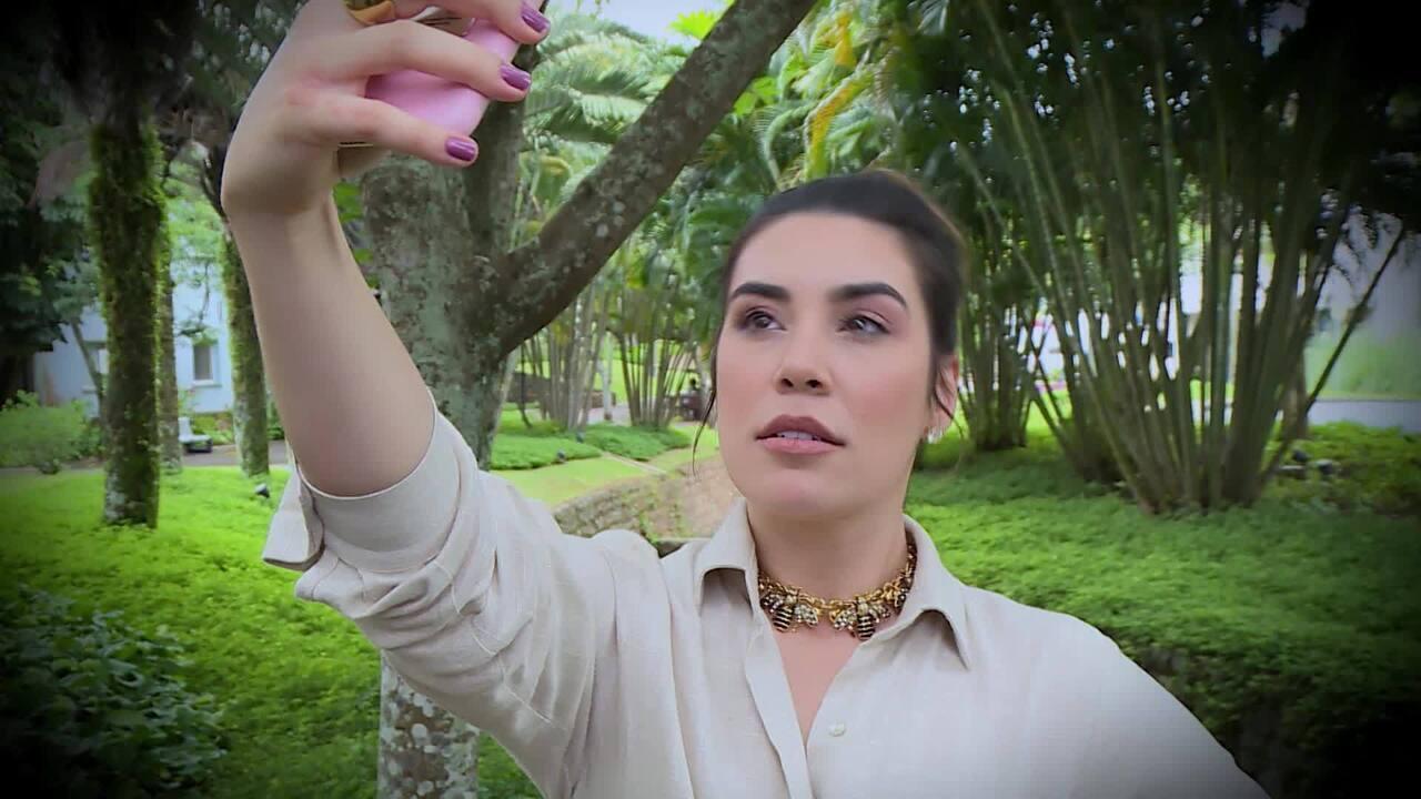 Naiara Azevedo faz tutorial para ensinar a tirar as melhores selfies