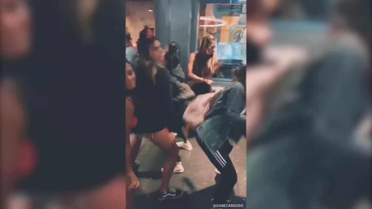 Bailarinas do Faustão se divertem enquanto esperam nas filas dos brinquedos em Orlando