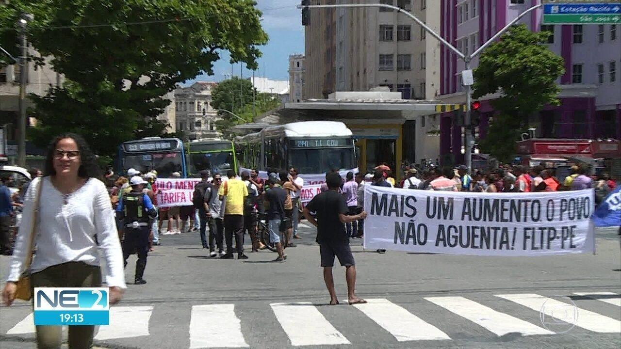 Manifestantes fazem protesto contra aumento da passagem de ônibus no Grande Recife