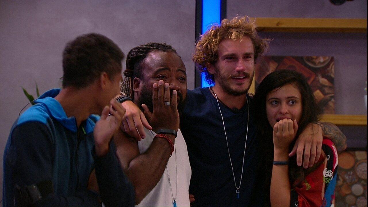 Alan e Rodrigo se emocionam com a mensagem do Anjo